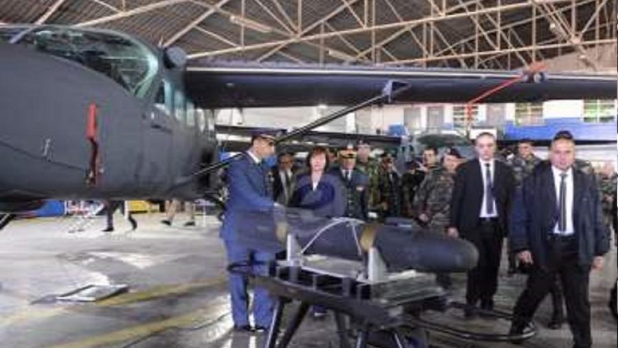 السفيرة الأميركية تسلم طائرة سيسنا إلى الجيش اللبناني