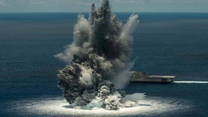 سفينة تابعة للبحرية الامريكية تتعرض لتفجيرات بقوة 10الاف باوند