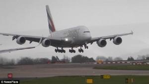 فيديو مثير لطائرة ايرباص A380 تصارع الرياح اثناء هبوطها في مطار مانشستر